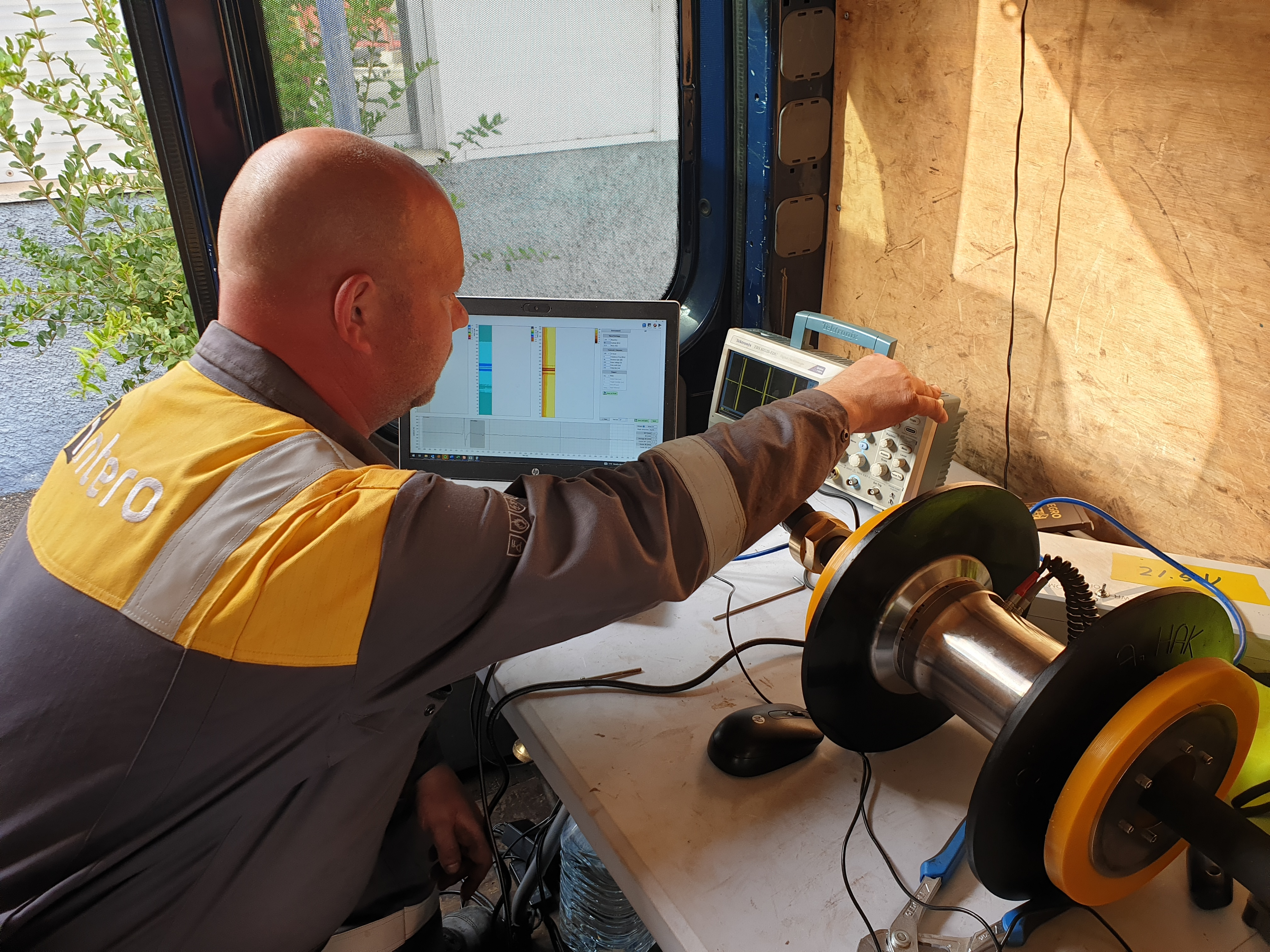 Engineer prepares the Pipeline Surveyor for inspection